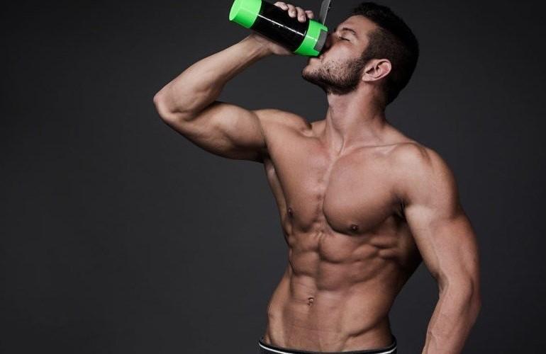 Мужчина пьет коктейль